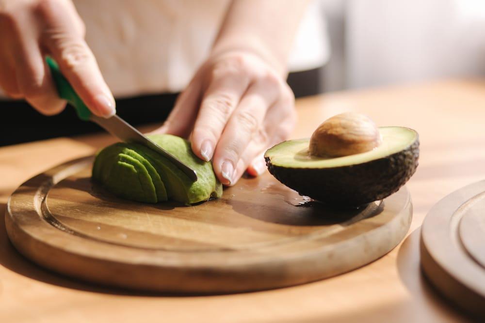 Kräuter-Avocado-Bowl mit Pilz-Talern