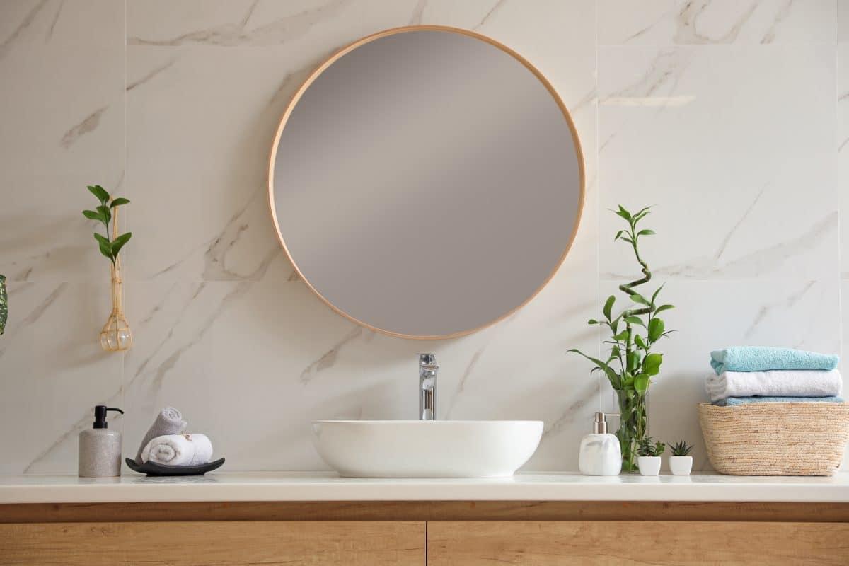 New Yorkerin entdeckt geheime Wohnung hinter ihrem Badspiegel: Video