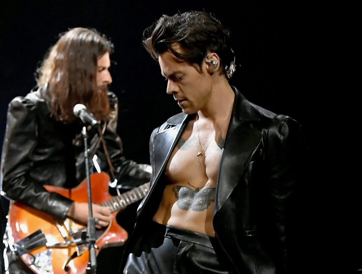 Harry Styles performt halbnackt bei Grammys und Twitter spielt verrückt