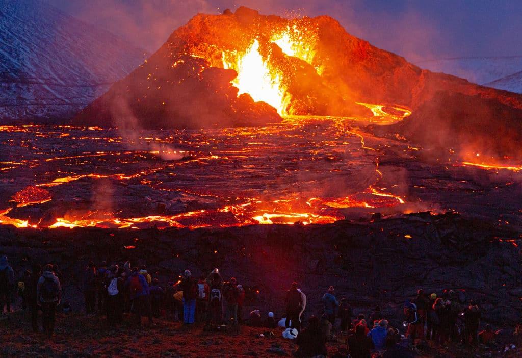 Volleyball-Spiel vor glühender Lava am Vulkan in Island: Video geht viral
