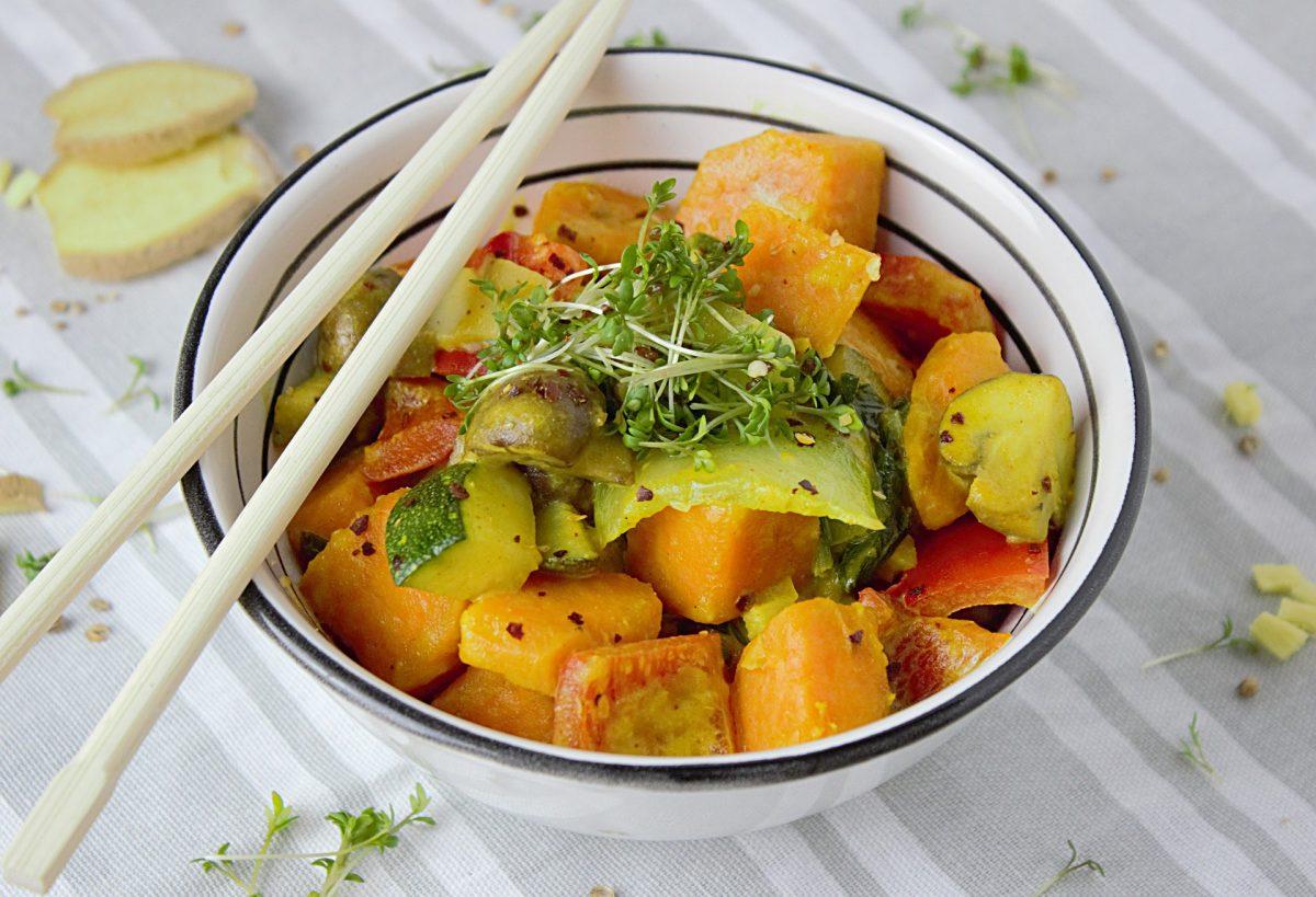 Kürbis-Karotten-Pfefferoni-Curry mit Minze-Joghurt-Dip