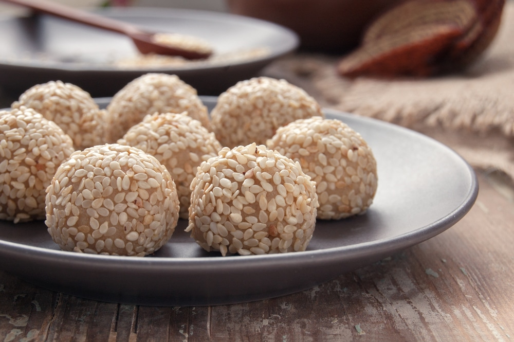 Sesam-Fleischbällchen mit Gemüse und Kräutersauce