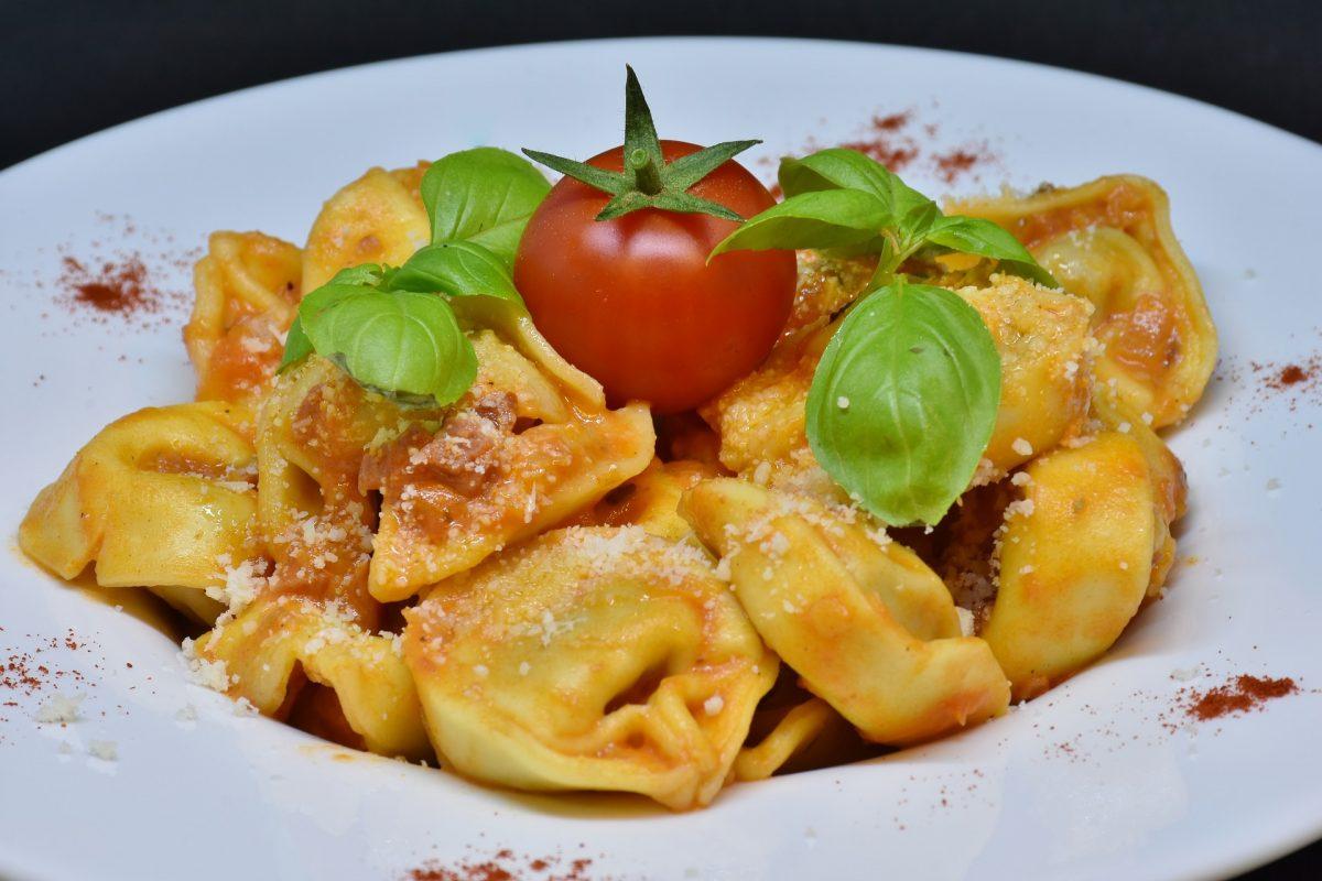 Tortellini mit Tomaten-Weinsauce