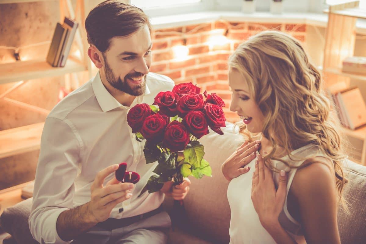 Heiratsantrag geht viral: Mann bietet 5 verschiedene Verlobungsringe zur Auswahl an