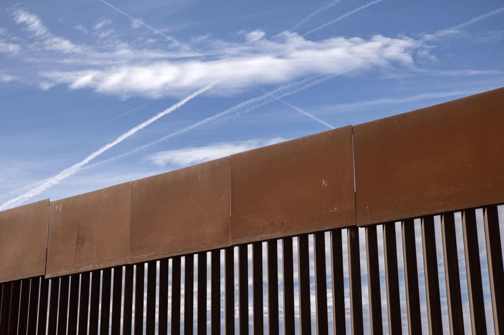 Video: Zwei Kinder über US-Grenzmauer geworfen