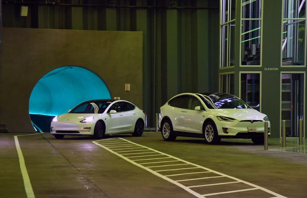 Zwei Tote bei Unfall mit fahrerlosem Tesla: War der Autopilot an oder nicht?