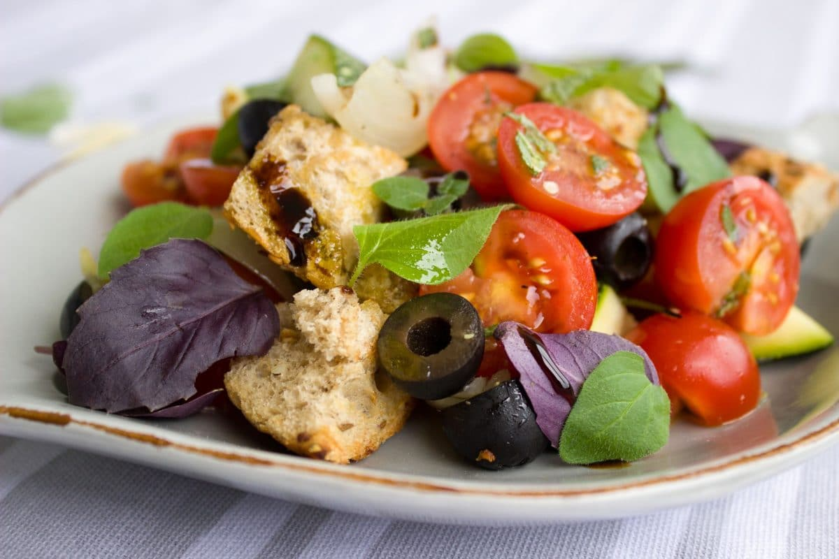 Tomaten-Brotsalat mit gebackenen Calamaretti