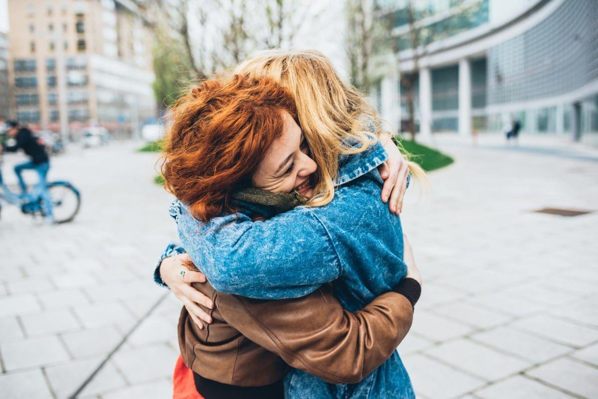 Großbritannien: Küssen und Umarmen ab 17. Mai wieder erlaubt