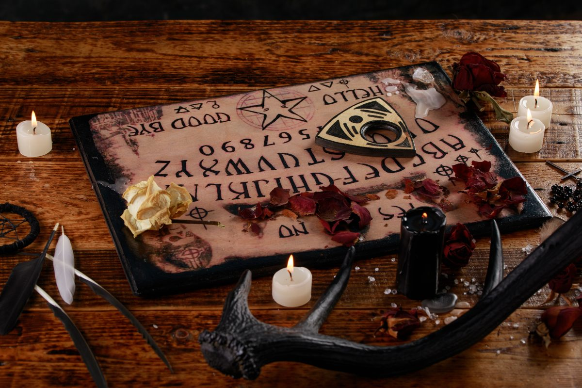 Mit diesen Ritualen kannst du mit Geistern kommunizieren