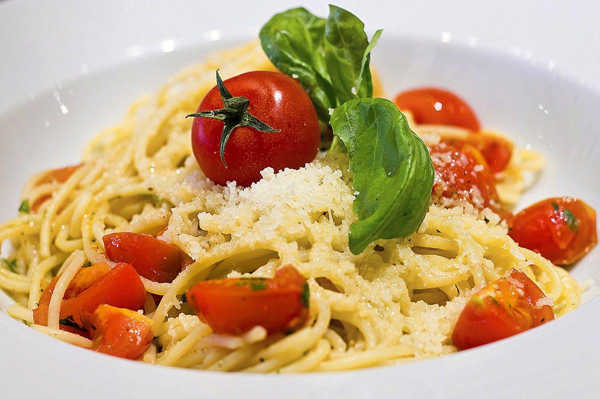 Spaghetti in Tomaten-Frühlingszwiebelsauce mit Mozzarellabällchen