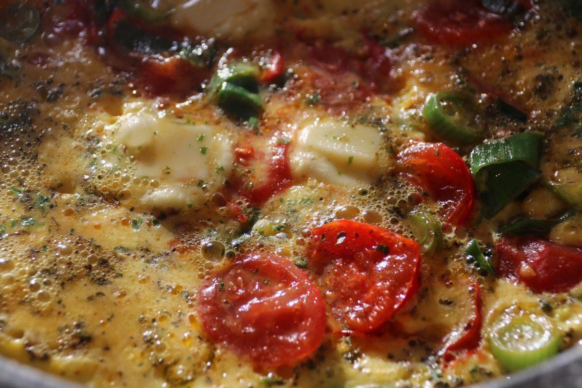 Palatschinken mit Mozzarella und Tomaten