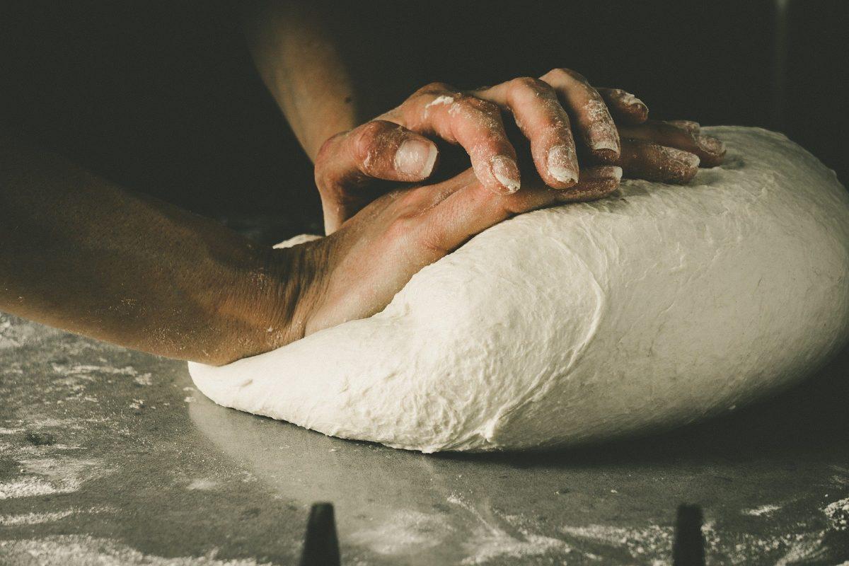 Pizza-Teig für zwei Backbleche