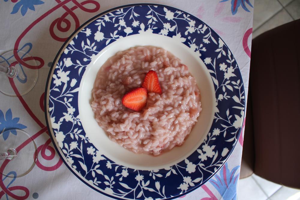 Süßes Holunderblüten-Risotto mit Rhabarber und Erdbeeren
