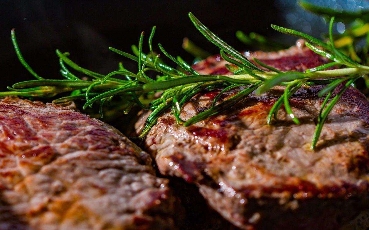 Steak mit Rotweinschalotten