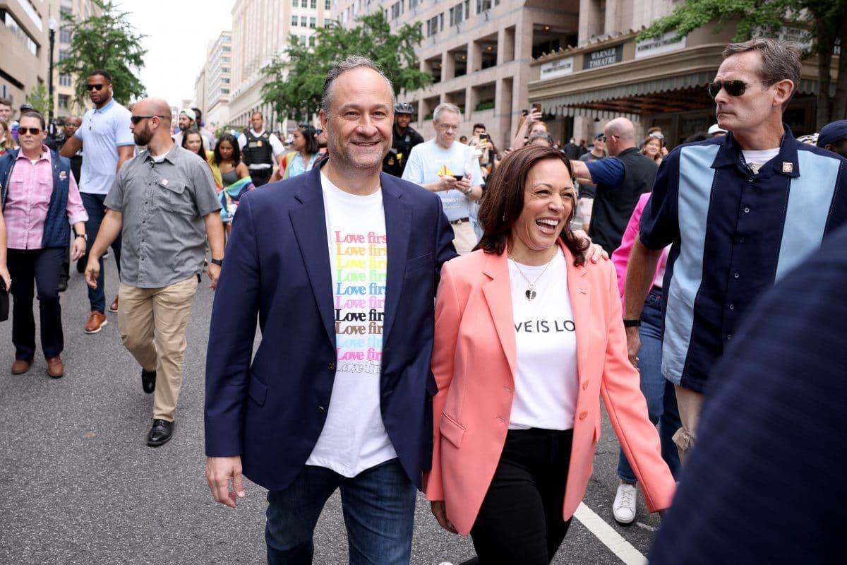 Kamala Harris läuft als erste amtierende Vizepräsidentin bei Pride Parade mit