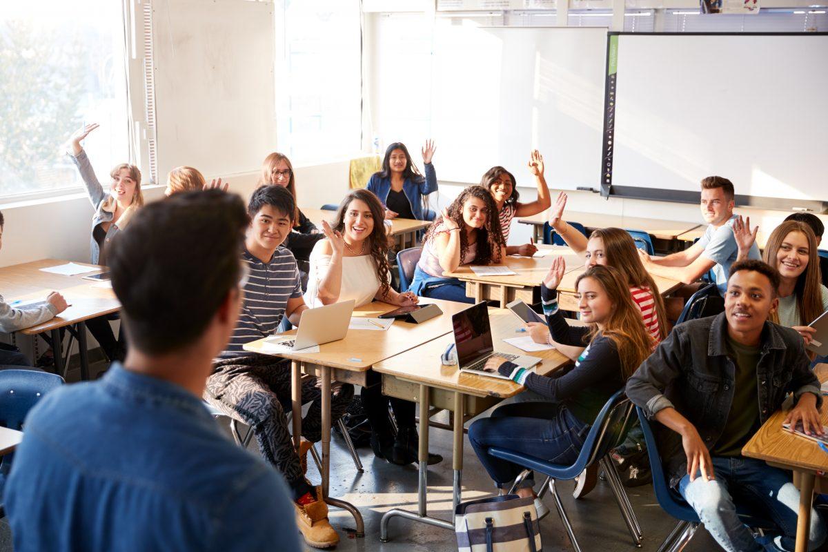 Lehrer tragen Rock im Unterricht, um ihren Schüler zu supporten