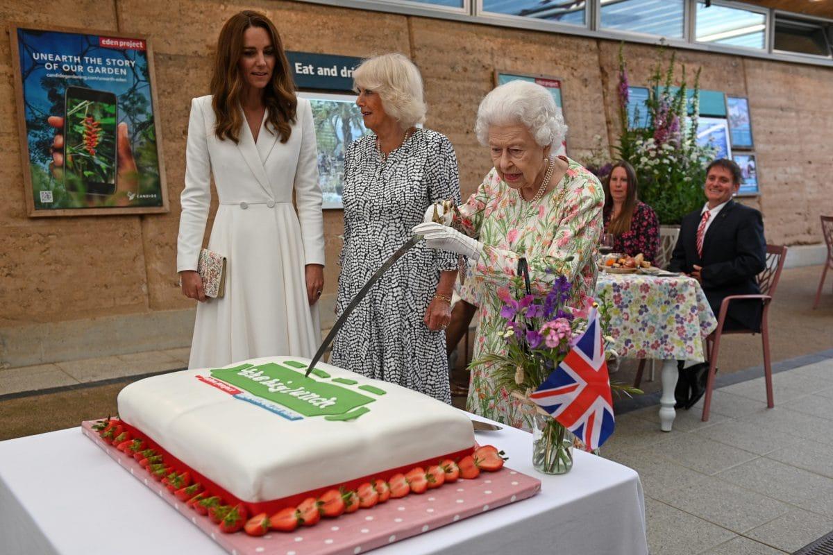 Queen Elizabeth schneidet Kuchen mit Säbel an: Video geht viral