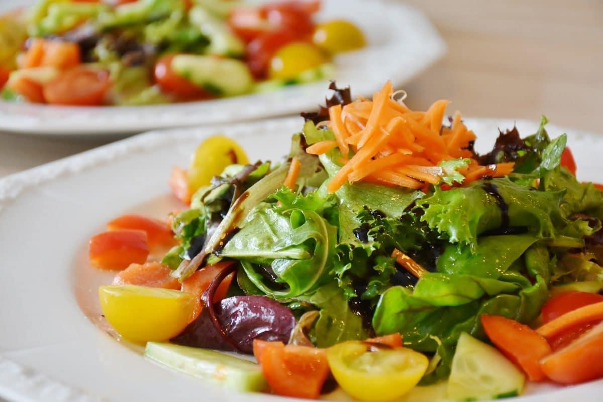 Italienischer Salat mit Walnuss-Apfelessig-Dressing