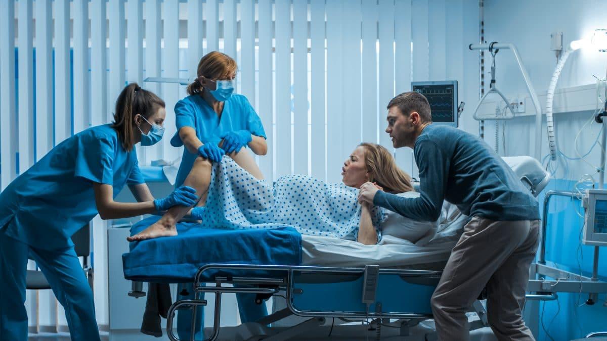 """Virale """"TikTok""""-Videos zeigen mit Dummies sehr realistisch, wie eine Geburt wirklich aussieht"""