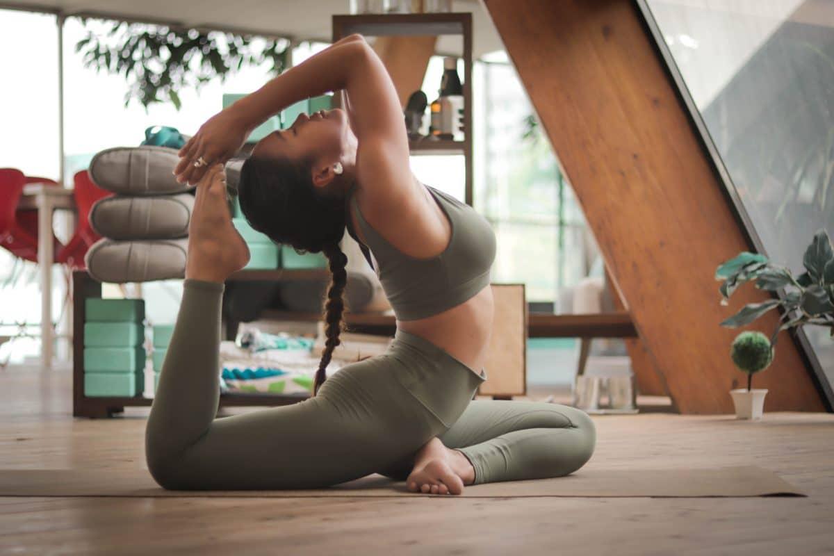 Diese 3 Yogaübungen helfen wirklich bei Stress