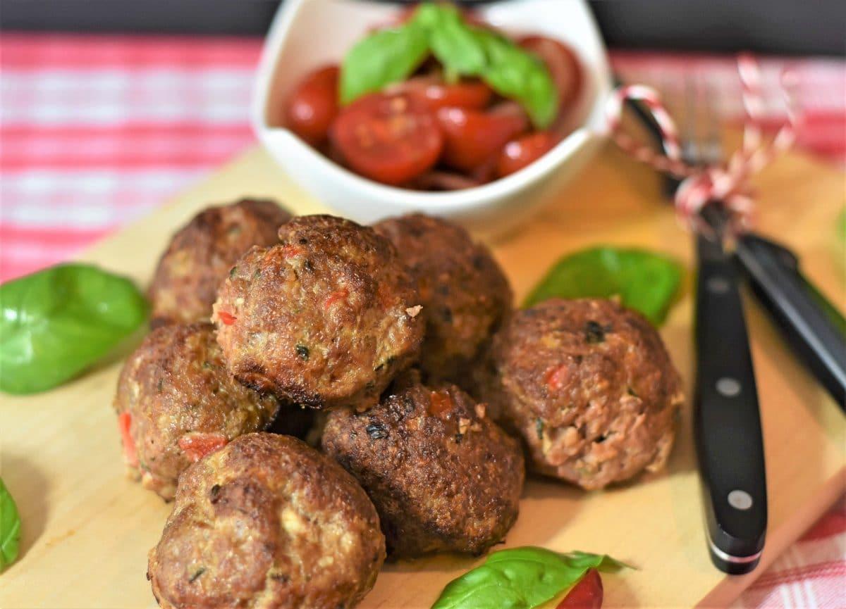 Feurige Meatballs in Currysauce mit buntem Gemüse