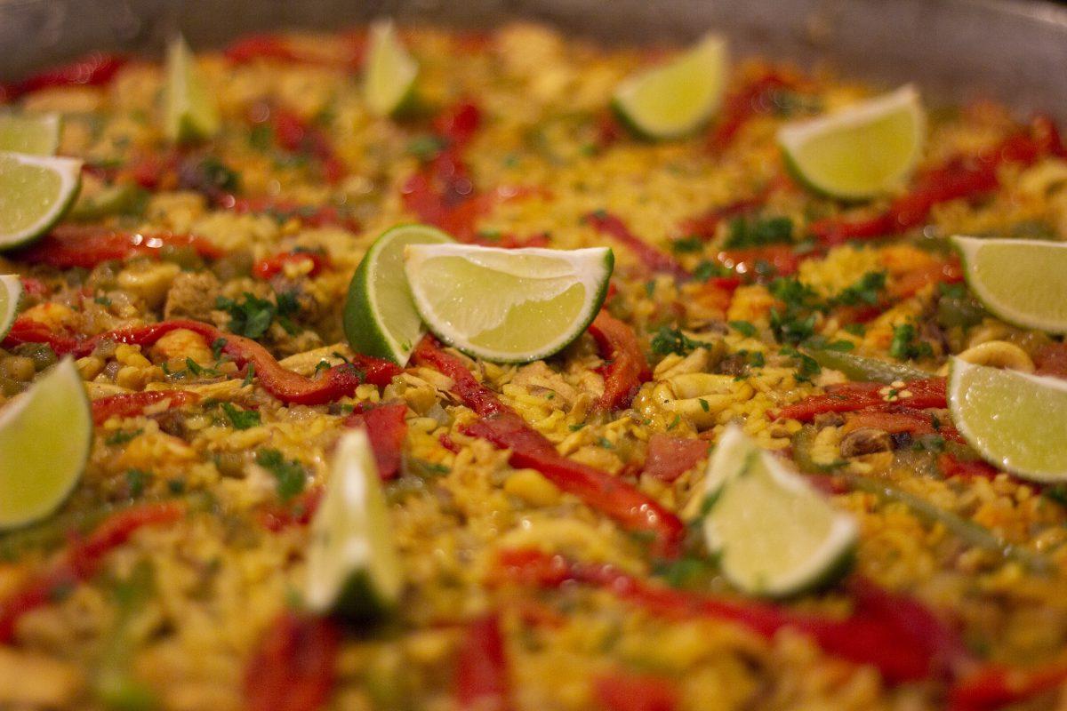 Orientalischer Reis mit gefüllter Auberginenroulade