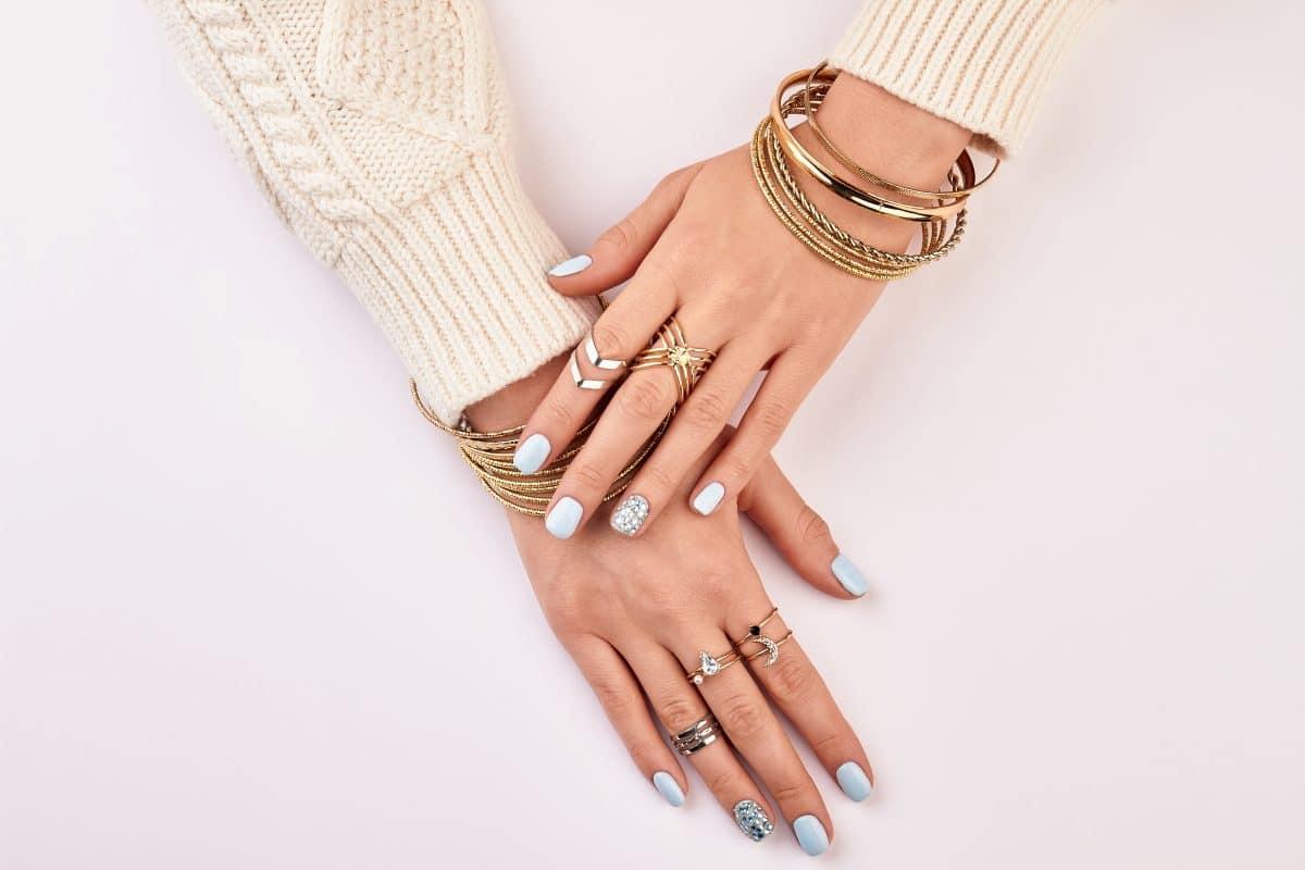 Accessoire-Trend 2021: So stylt ihr das Armband-Layering diesen Sommer
