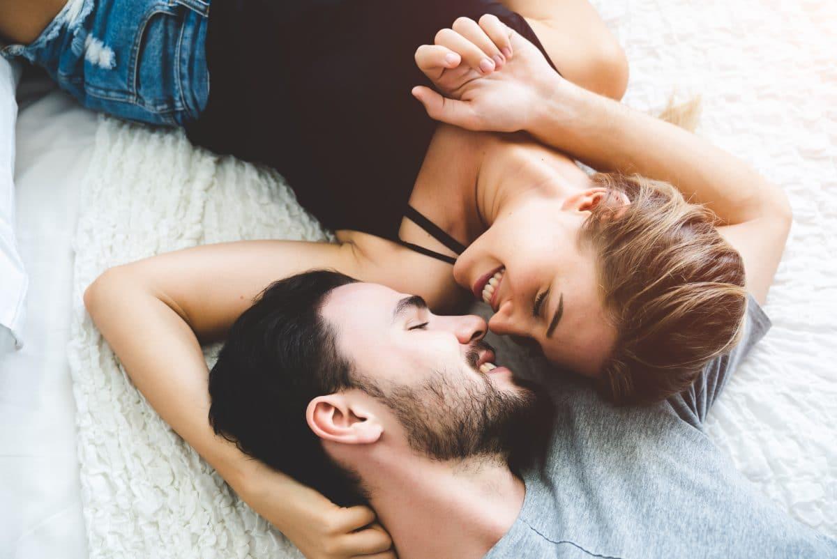 5 Dinge, die man in einer Beziehung anfangs für etwas Gutes hält, aber eigentlich Red Flags sind