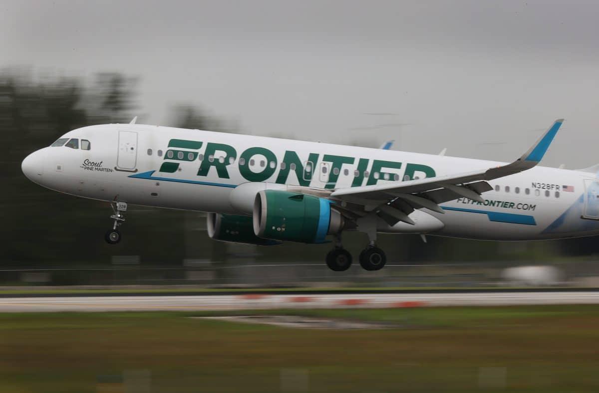 Flugpassagier wird an Sitz festgeklebt, weil er Stewardessen begrapscht haben soll