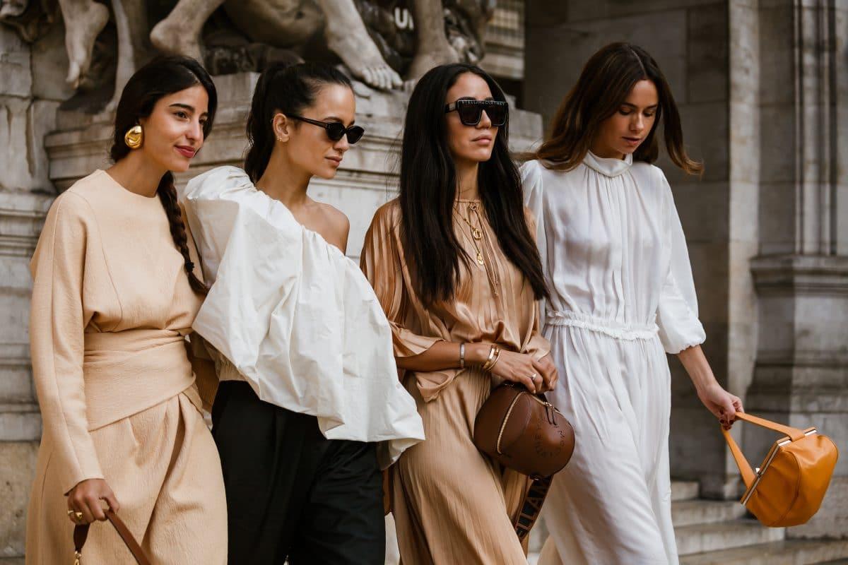 Mit diesen Tricks stylen  Influencerinnen Sommerkleider im Herbst