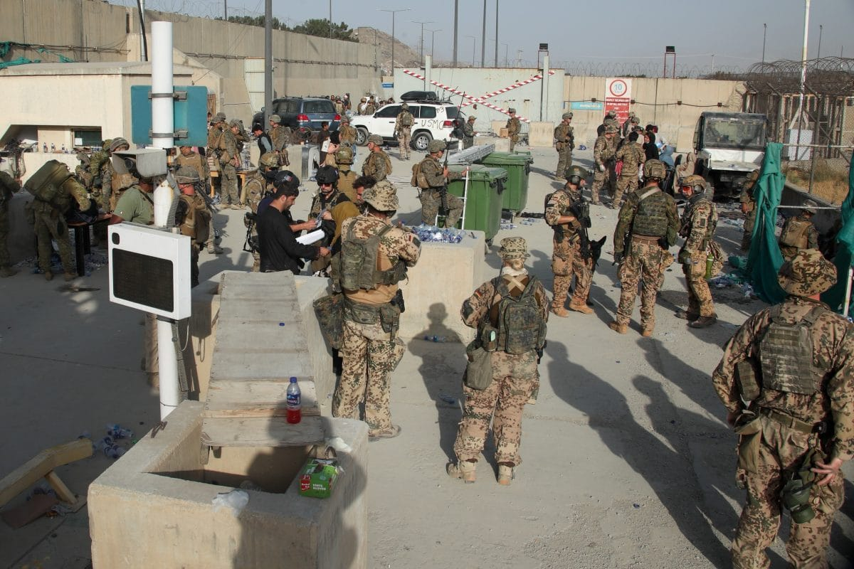 Afghanistan: Video zeigt, wie Soldat Baby aus Menschenmenge über Flughafenmauer hebt