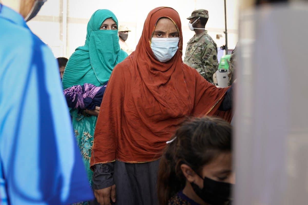 Taliban-Sprecher: Frauen sollen vorerst zu eigenem Schutz zu Hause bleiben, weil Kämpfer noch nicht gelernt haben, sie nicht zu misshandeln