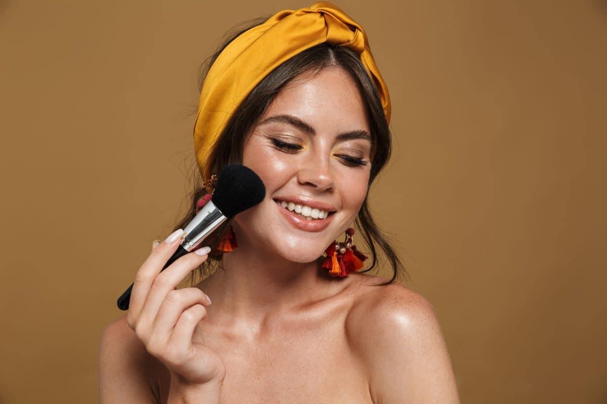 #Underpainting: Wir haben den viralen TikTok-Make-Up Hack fürs Blush-Auftragen getestet