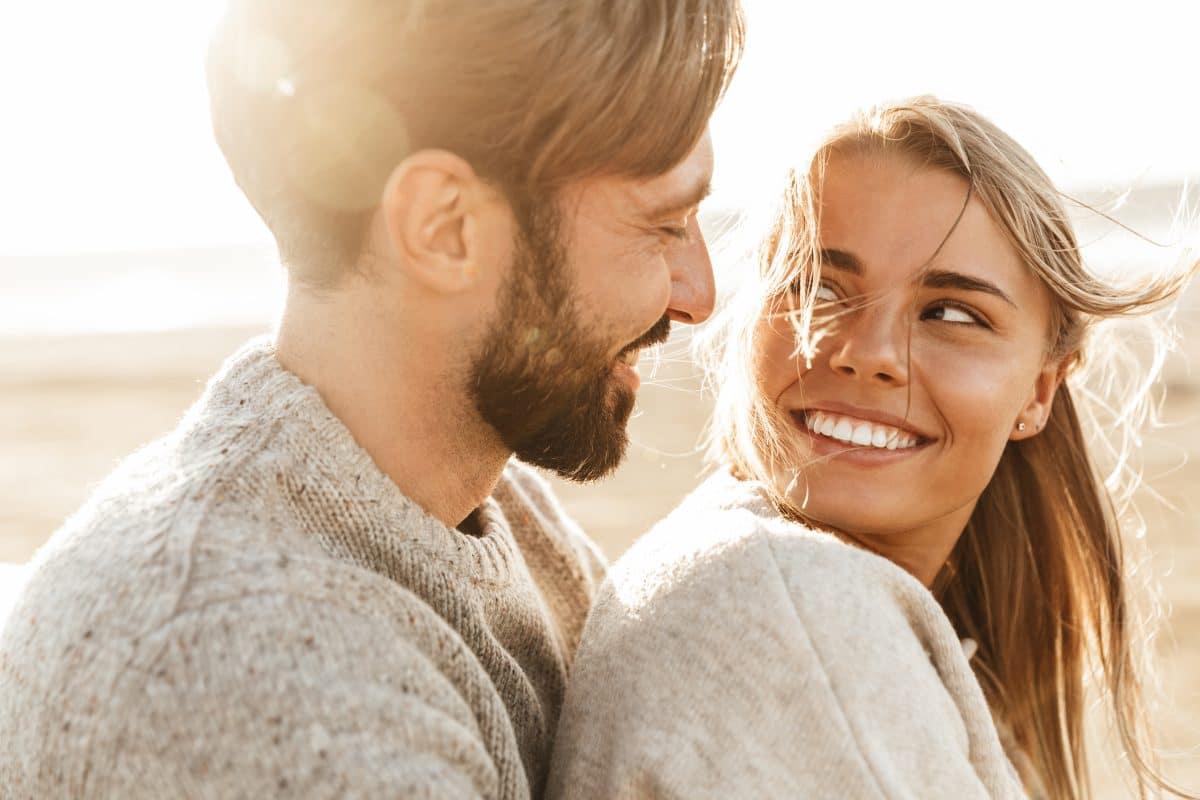 4 Anzeichen, dass die anderen neidisch auf eure glückliche Beziehung sind