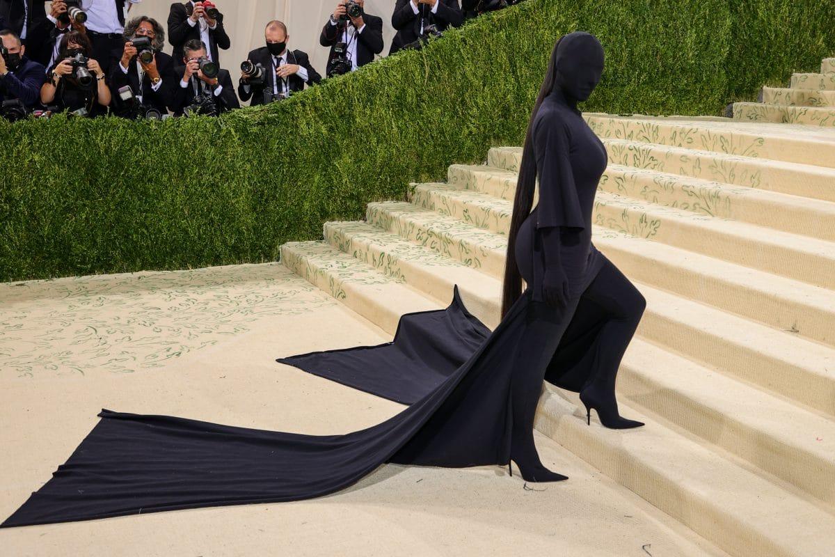 """Was steckt wirklich dahinter: 4 Theorien zu Kim Kardashians """"Met Gala""""-Look"""