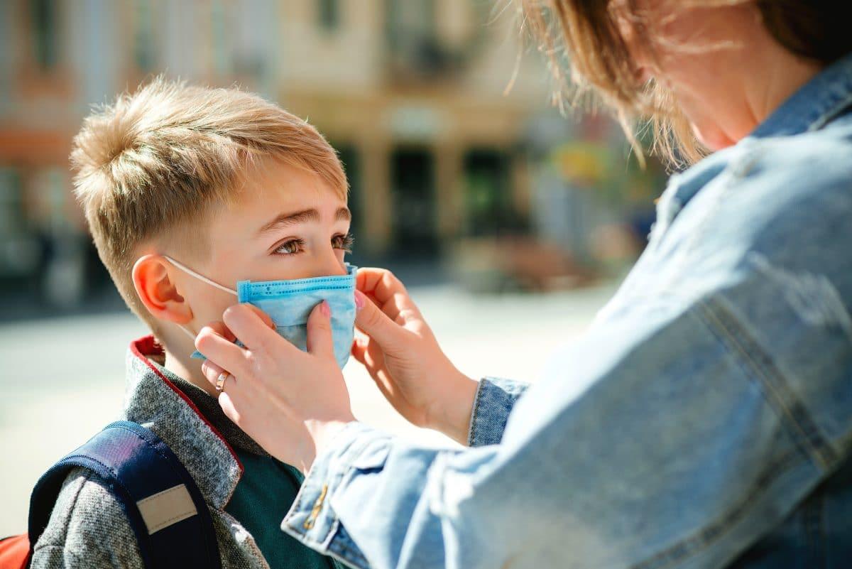 6-Jähriger weigert sich, seinen Mundschutz für das Klassenfoto abzusetzen und das Bild geht viral