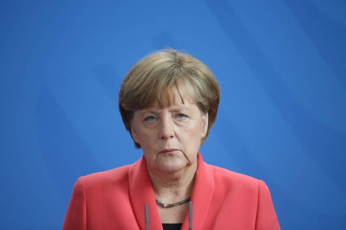 Angela Merkel: Papageien-Attacke bei Pressetermin