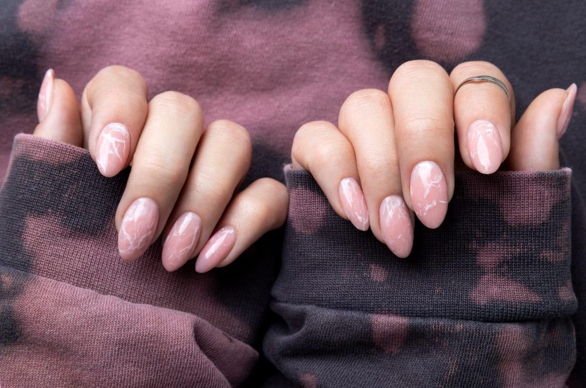 "Nageltrend ""Marble Nails"": Wir wollen auch so coole Nägel wie Lizzo"