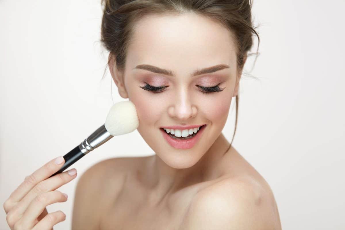 """Mit dem """"Pinpoint Powdering""""-Hack kreiert ihr einen natürlichen & porenlosen Make-up-Glow"""