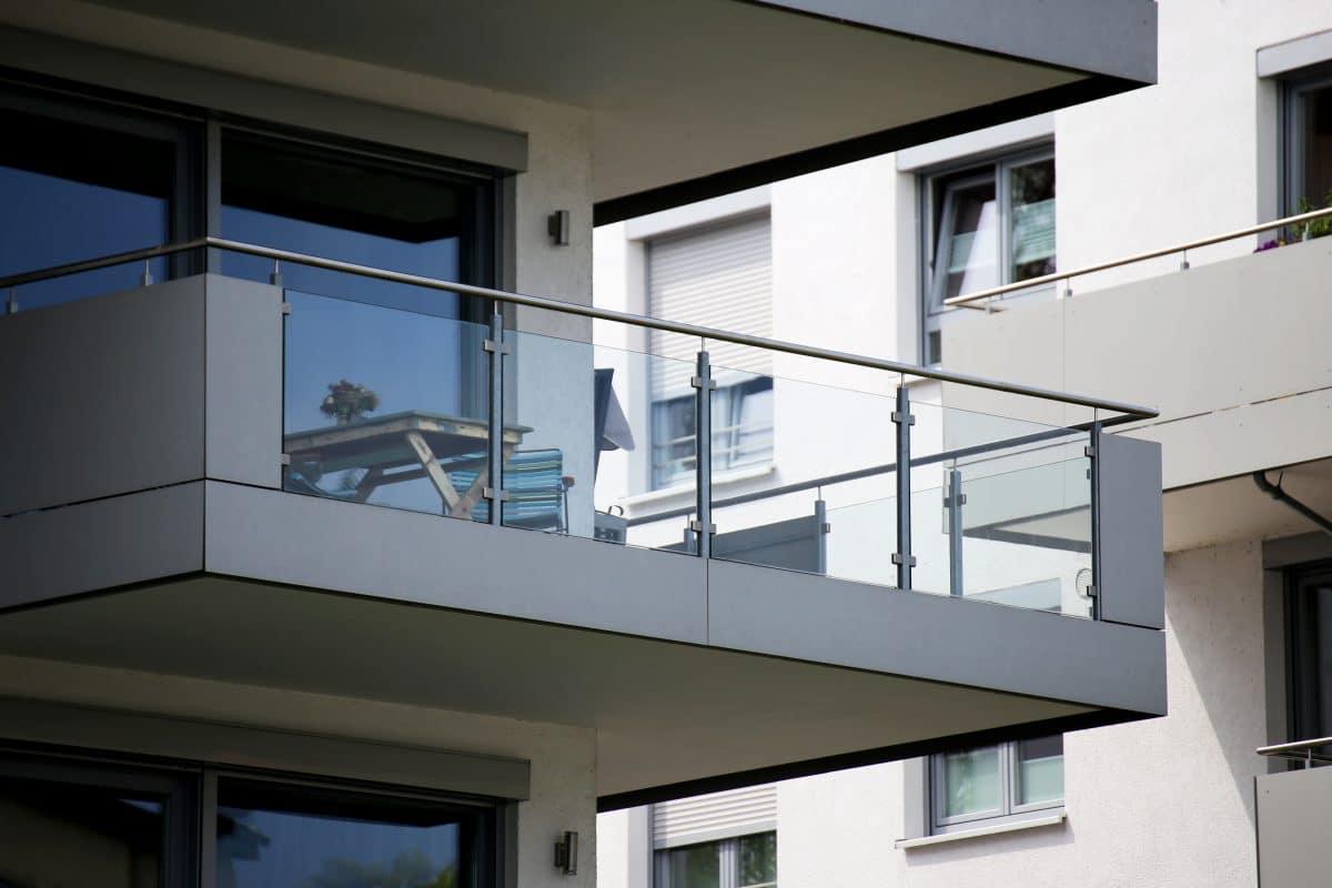 Sex am Balkon: Frau stürzt und landet auf Autodach