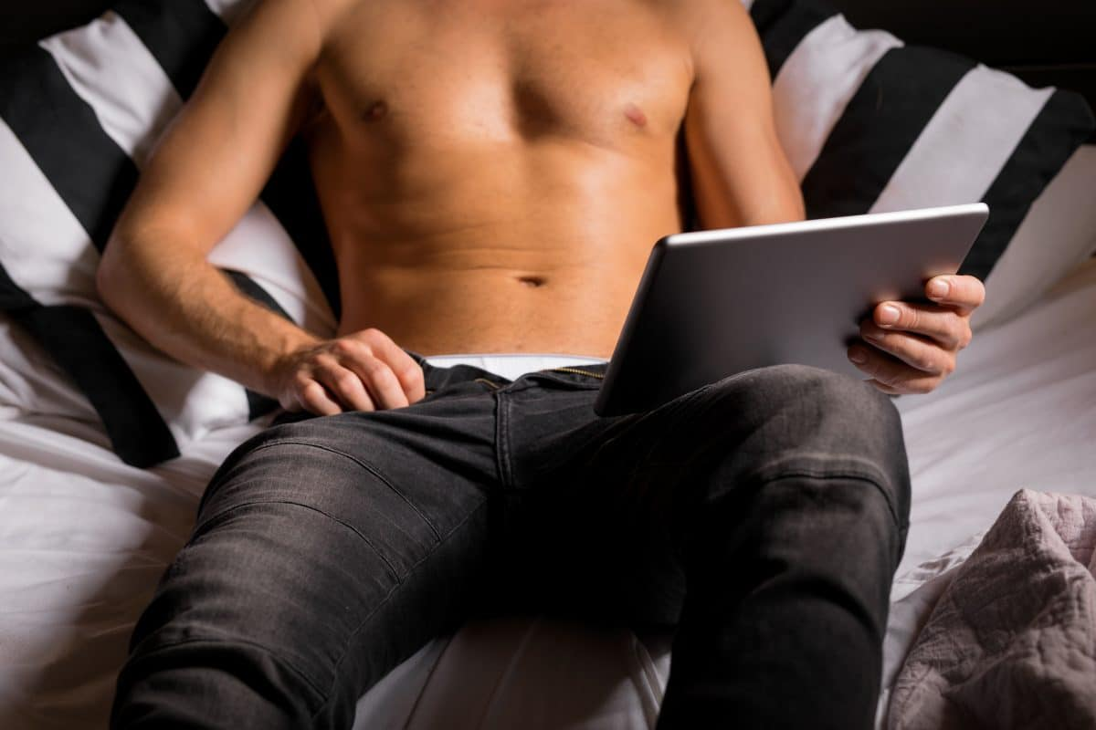 Studie: Zu viel Porno gucken verursacht Orgasmus-Probleme bei Männern