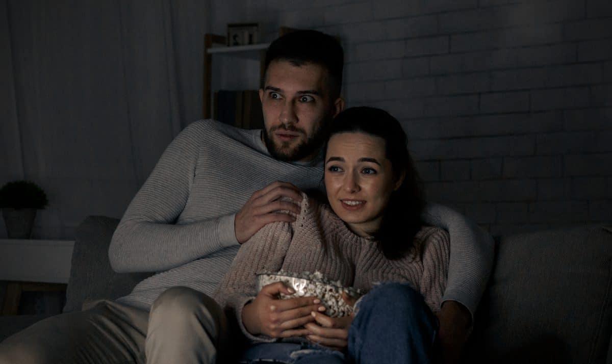 Studie zeigt: Händchen halten hilft beim Horrorfilm schauen