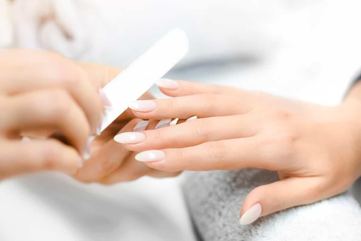 4 SOS-Tipps gegen eingerissene Fingernägel