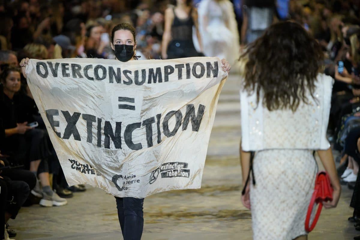 Louis Vuitton: Klimaaktivisten stürmen Modeschau in Paris